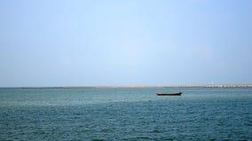 漂浮在海的一条小船 库存照片