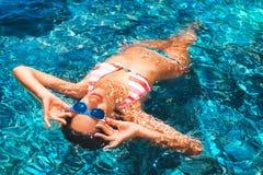 漂浮在海的可爱的少妇 图库摄影