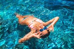 漂浮在海的可爱的少妇 免版税图库摄影