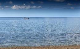 漂浮在海的小船 库存照片