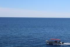漂浮在海的小船 图库摄影