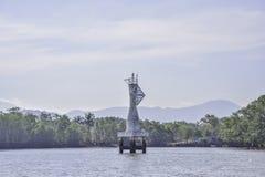 漂浮在海的白色浮体航海或侧向标记在泰国 免版税库存图片