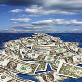 漂浮在海的美元笔记 库存照片