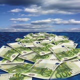 100漂浮在海,特写镜头的欧元钞票 免版税图库摄影