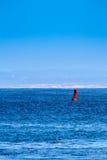漂浮在海洋的一个红色标志浮体 图库摄影
