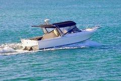 漂浮在海洋的白色汽船 免版税库存照片