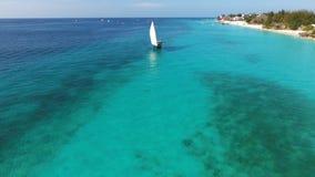 漂浮在海洋的美丽的白色风船 免版税库存照片