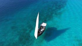 漂浮在海洋的美丽的白色风船 免版税库存图片