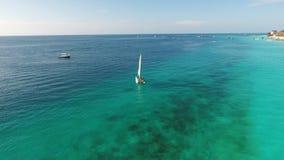漂浮在海洋的美丽的白色风船 免版税图库摄影