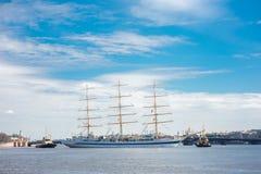 漂浮在涅瓦河圣彼德堡,俄罗斯的大型驱逐舰MIR 免版税库存照片