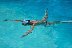 漂浮在游泳场的妇女 免版税库存照片