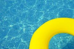 漂浮在游泳池的五颜六色的可膨胀的管 免版税库存图片