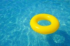 漂浮在游泳池的五颜六色的可膨胀的管 库存图片