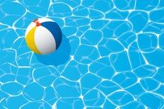 漂浮在游泳池的海滩球 夏天背景 免版税库存照片