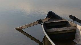 漂浮在湖或池塘的孤立被停泊的小船在罗马尼亚 股票录像