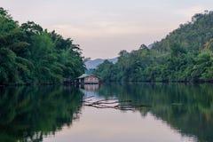 漂浮在湖的小木筏房子 库存图片