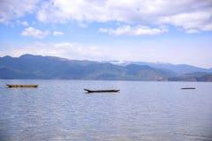 漂浮在湖的小船 库存图片