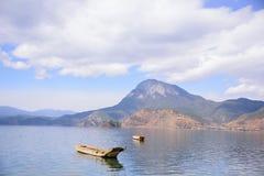 漂浮在湖的小船 免版税库存照片