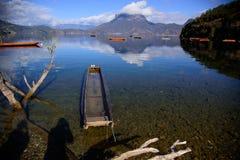 漂浮在湖的小船 免版税图库摄影
