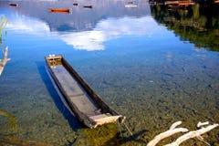 漂浮在湖的小船 免版税库存图片