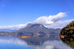 漂浮在湖的小船 图库摄影