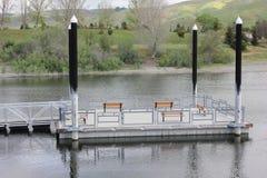 漂浮在湖的渔船坞 免版税库存照片