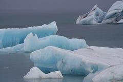 漂浮在湖的老蓝色冰 冰岛 免版税图库摄影