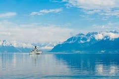 漂浮在湖的蒸汽小船 库存图片