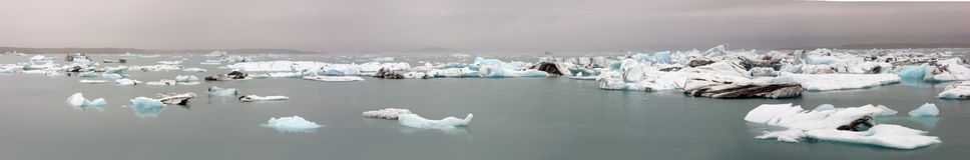 漂浮在湖的裂化的冰 图库摄影
