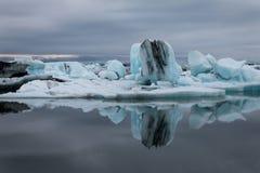 漂浮在湖Jökulsà ¡ rlà ³ n的冰岛冰山在海洋附近 免版税库存照片