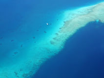 漂浮在珊瑚礁附近的旅游渡轮鸟瞰图 图库摄影