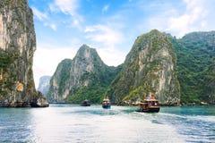 漂浮在石灰石石灰岩地区常见的地形和小岛之间的旅游破烂物在Ha长海湾,越南 图库摄影