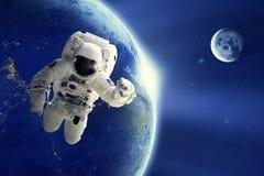 漂浮在空间的宇航员或太空人有地球行星和月亮背景 免版税库存照片