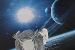 漂浮在空间的黑背景中的宇航员 库存照片