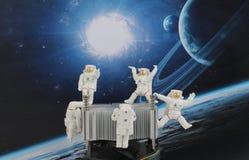 漂浮在空间的黑背景中的宇航员 库存图片