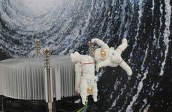 漂浮在空间的黑背景中的宇航员 免版税库存照片