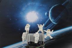 漂浮在空间的黑背景中的宇航员 向量例证