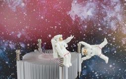 漂浮在空间的黑背景中的宇航员 免版税库存图片
