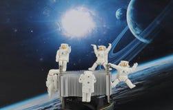 漂浮在空间的黑背景中的宇航员 库存例证