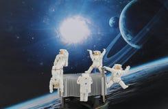 漂浮在空间的黑背景中的宇航员 免版税图库摄影