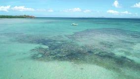 漂浮在绿松石原始水中的菲律宾旅游小船的空中射击 巴拉旺岛海岛,菲律宾 影视素材