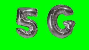 漂浮在绿色屏幕上的技术5G流动网络银色气球- 股票录像