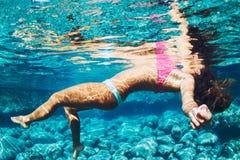 漂浮在自然水池的妇女 免版税图库摄影