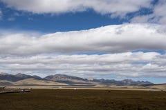 漂浮在草原的云彩在高处 免版税库存照片