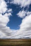 漂浮在草原的云彩在高处 免版税库存图片