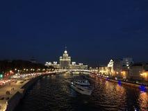 漂浮在莫斯科河火轮在首都的中心在夏天 库存照片