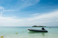漂浮在蓝色海的可膨胀的橡胶汽船有天空蔚蓝背景,Samae圣海岛,梭桃邑,Chon Buri,泰国 免版税库存照片