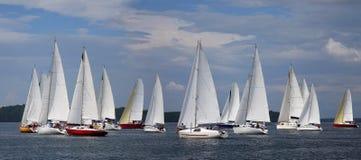 漂浮在蓝色湖的风船在夏天 免版税库存照片
