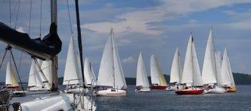 漂浮在蓝色湖的风船在夏天 免版税库存图片
