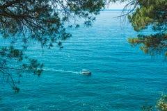 漂浮在距离的海的海洋小船 库存图片